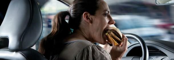 Mancatul la volan, mai periculos decat scrierea unui SMS
